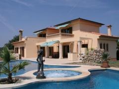 House of your dreams in a quiet area with views towards San Salvador.