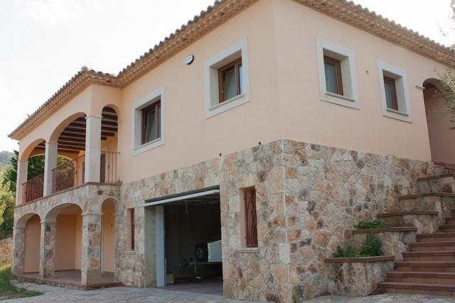 Excelent brand new big house in estate area with golf field